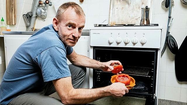 Ausschnitt aus «SRF bi de Lüt – Männerküche» mit Samuel Herzog.