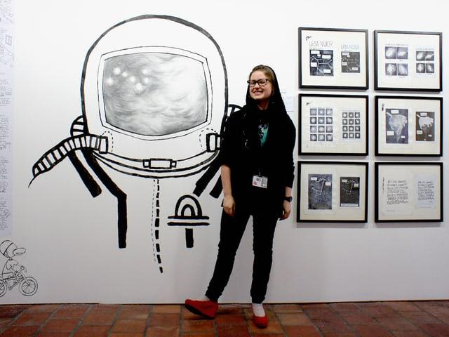 Die finnische Comicszeichnerin Mari Ahokoivu vor ihrem Werk am Fumetto in Luzern.