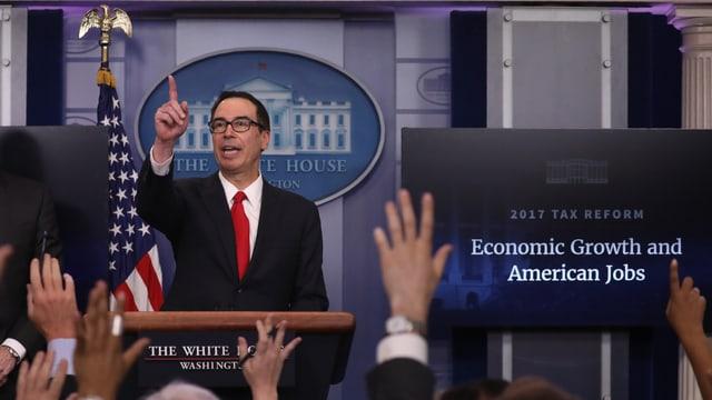 US-Finanzminister Steven Mnuchin hebt an der Pressekonferenz den Finger, Journalisten die Hand