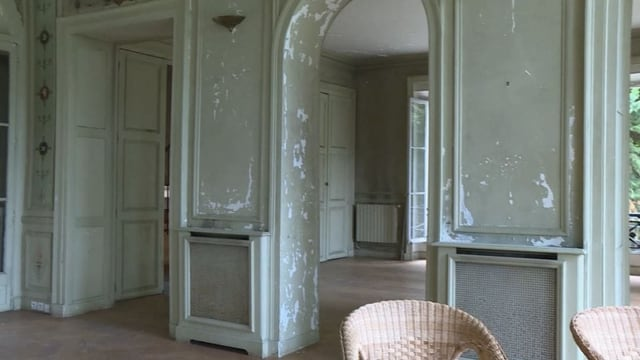 Raum mit kaputten Wänden. Man sieht auch Fresken.