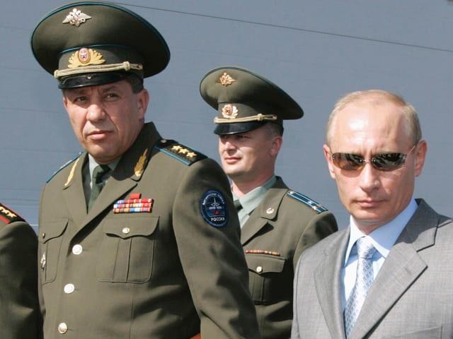 Putin mit Sonnenbrille und Militärs
