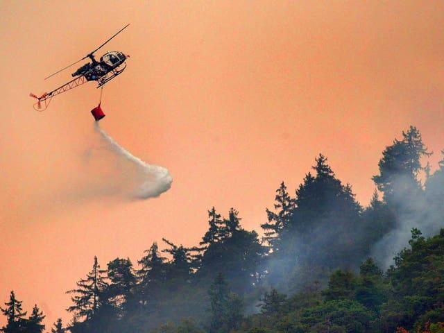 Helikopter löscht Brand