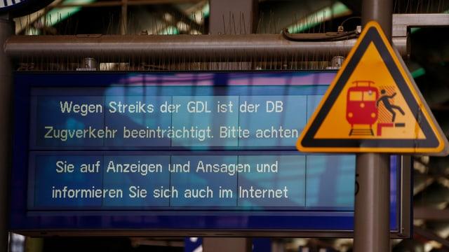 Hinweistafel mit Informationen für Zugreisende.