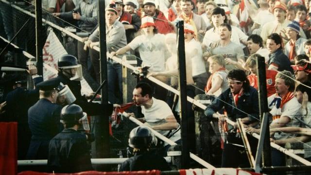 Liverpool-Fans auf Konfrontationskurs am Rande ihres Sektors.