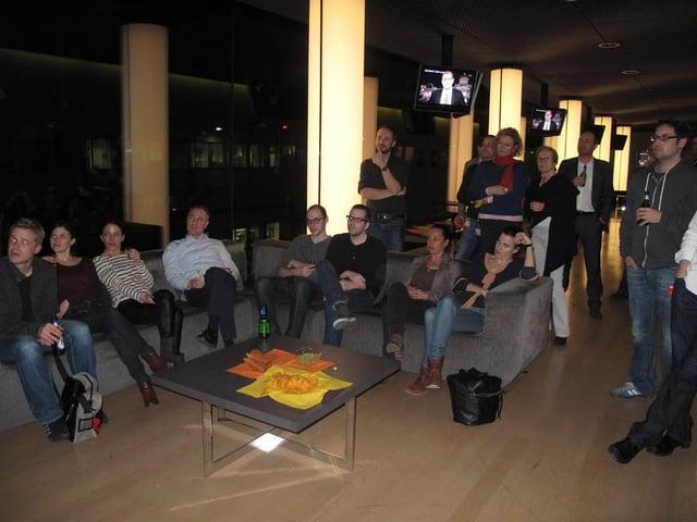 Journalisten sitzen in der News-Lounge von SRF.