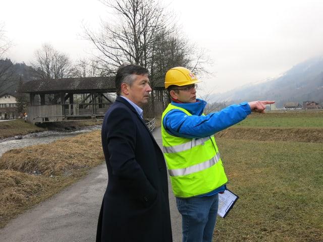 Baudirektor Hans Wicki unterwegs mit dem Nidwaldner Kantonsigenieur.