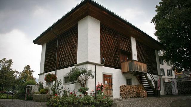 Ein Haus in Weiss und Holz.