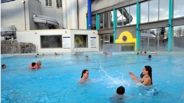 Kinder im Wasser am Spielen