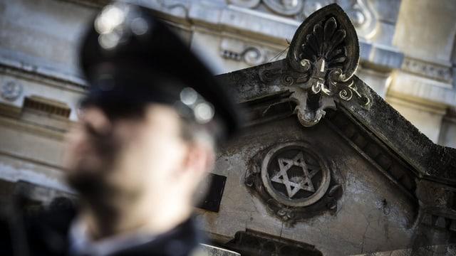 Ein italienischer Polizist auf Streife im jüdischen Viertel.