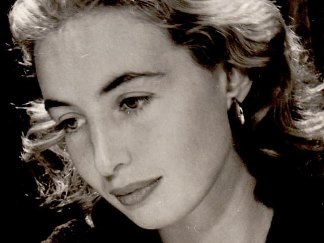 Das Porträt einer ernsthaften jungen Frau.