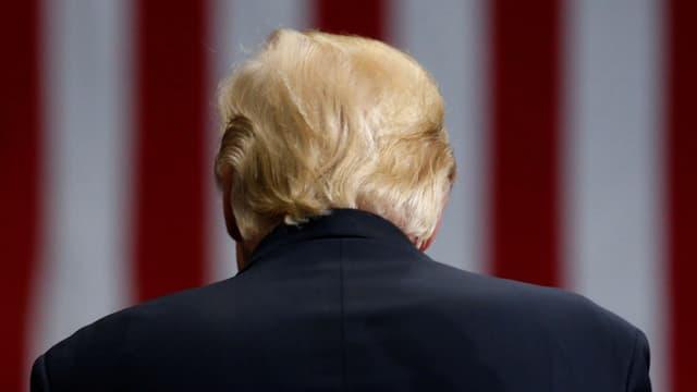 Trump mit dem Rücken zur Kamera