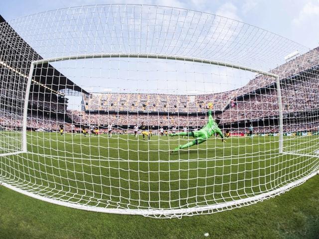 Alves hält einen Penalty