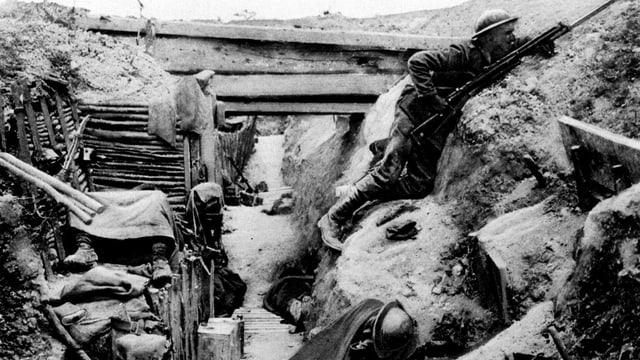 Schwarz-Weiss-Aufnahme eines Schützengrabens