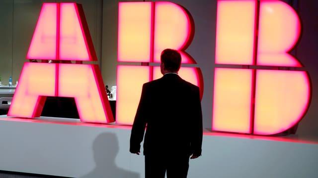 Der Schriftzug von ABB im Blick.