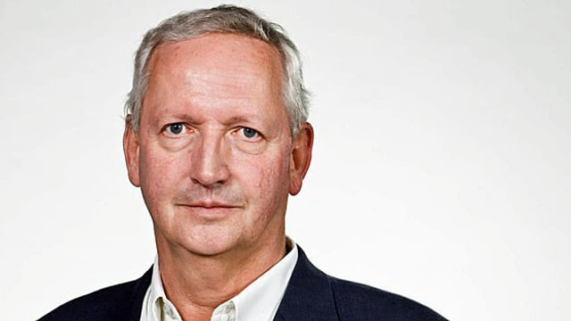 Porträt-Aufnahme eines älteren Mannes mit grau-weissem Haar.