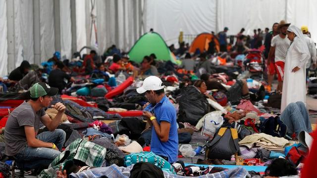 Flüchtlinge im Stadion.