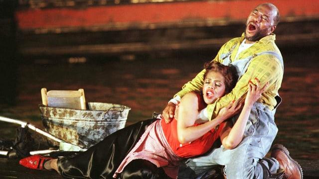 Singendes Liebespaar in Opernszene.