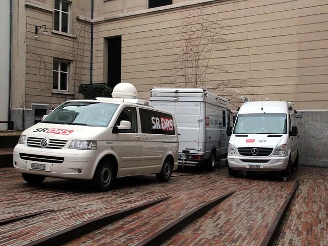 Zwei Übertragungswagen stehen im Hof vor dem Museum.