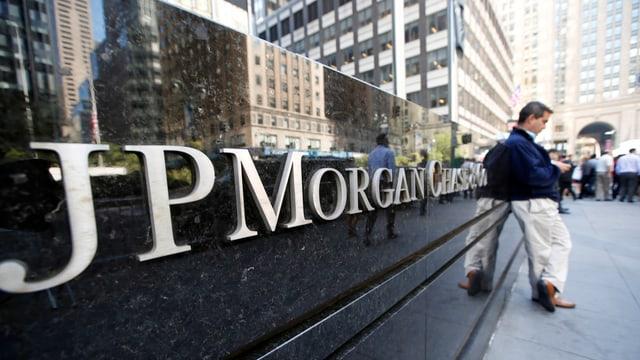 Der Schriftzug der JPMorgan Chase in Manhattan.