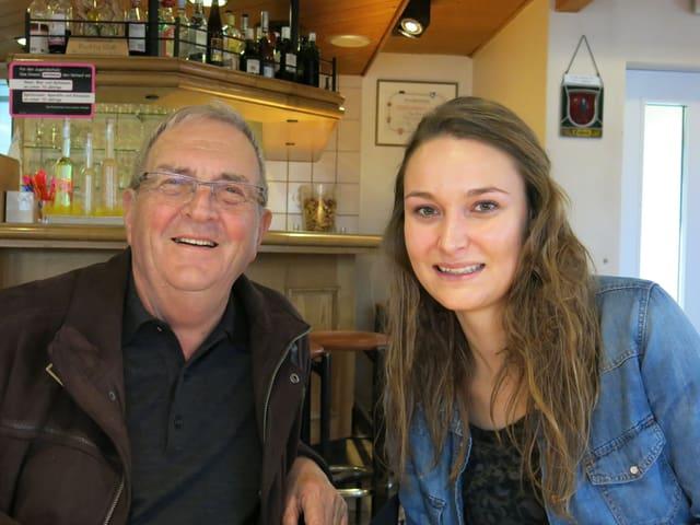 Robert Sturny und Céline Genilloud sitzen nebeneinander.