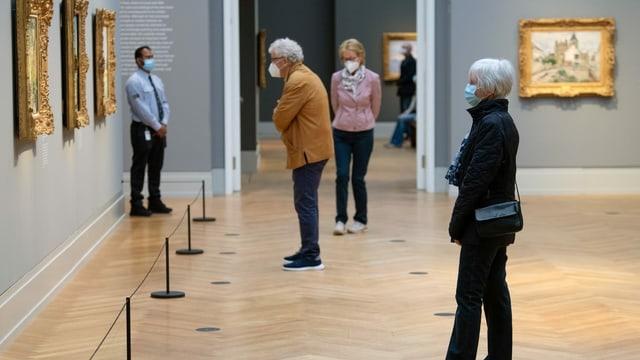 Museumsbesucher mit Maske