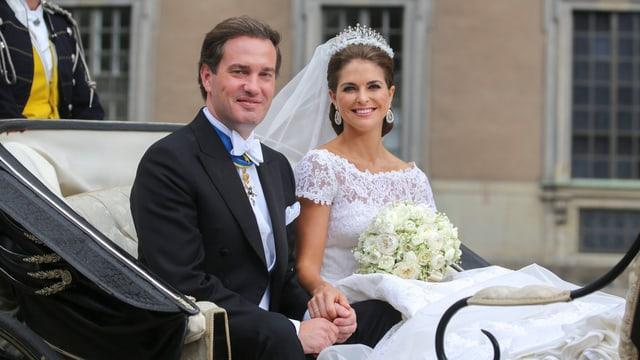 Prinzessin Madeleine sitzt in der Hochzeitskutsche neben ihren Mann Chris O'Neill.
