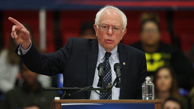 Sanders an einem Rednerpult.