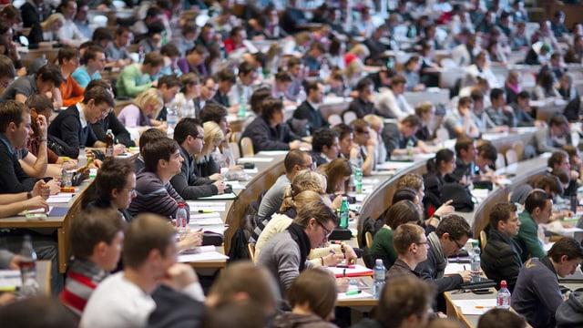 Uni St. Gallen: Vorlesungssaal voll mit Studenten