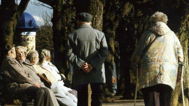 Rentner beim Spazieren.