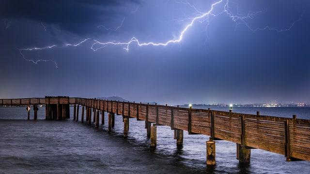 Toller Blitz über einem Holzsteg.