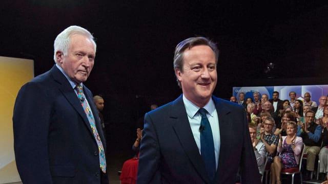 Der britische Premierminister David Cameron mit dem BBC-Moderator David Dimbleby.