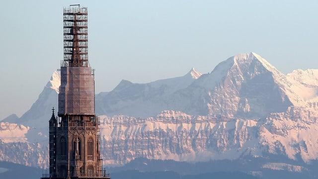 Die eingerüstete Berner Münsterturmspitze wird im Oktober 2013 ausgepackt.