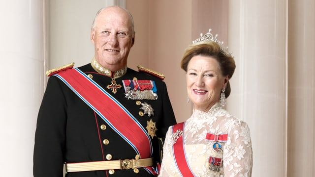 König Harald in dunkler Uniform, Königin Sonja in weissem Kleid