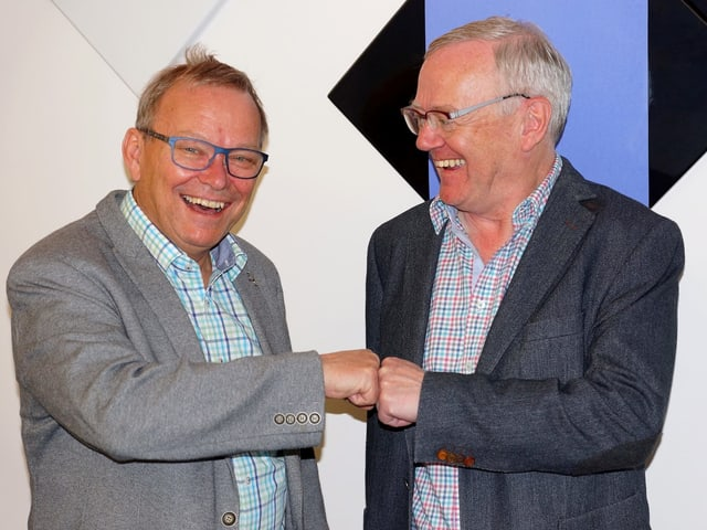 Zwei lachende Männer.
