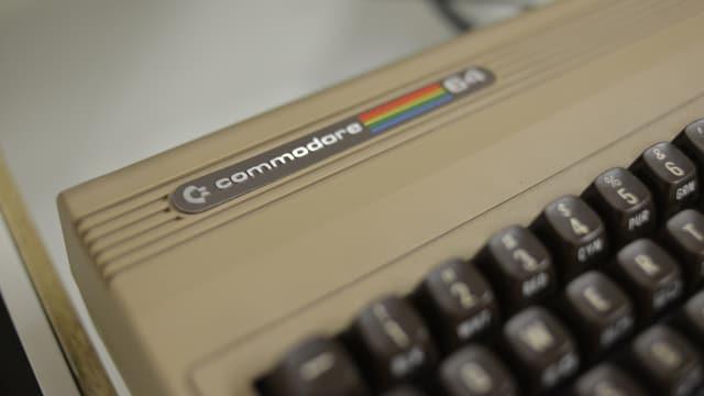 Die Logo-Plakette eine Commodore 64 links oben am Gehäuse der Tastatur.