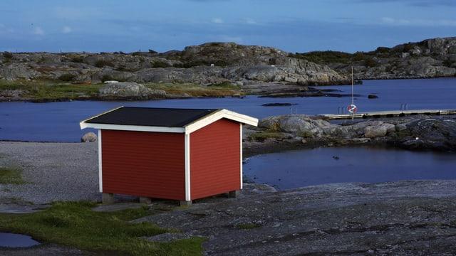 Typisches rotes Sommerhäuschen in Schweden