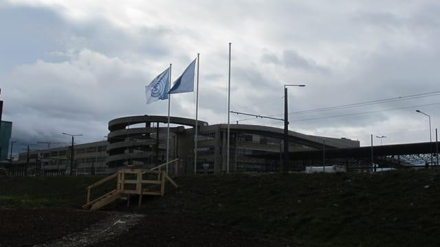 Drei Fahnenmasten auf dem Hardturmstadion Zürich, die FCZ-Flagge fehlt.