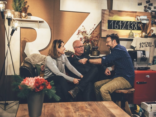 Nach zehn Jahren wieder in der Glasbox vereint: Nik mit dem Ehepaar Flavia und Marcel.