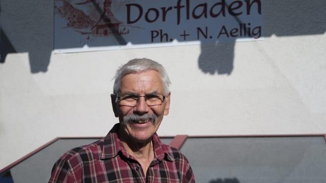 Konrad Aellig vor seiner Bäckerei