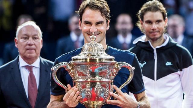 Roger Federer mit Pokal, rechts Nadal, links Roger Brennwald