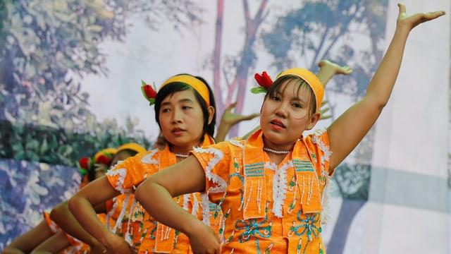 Tanzende Burmesinnen.