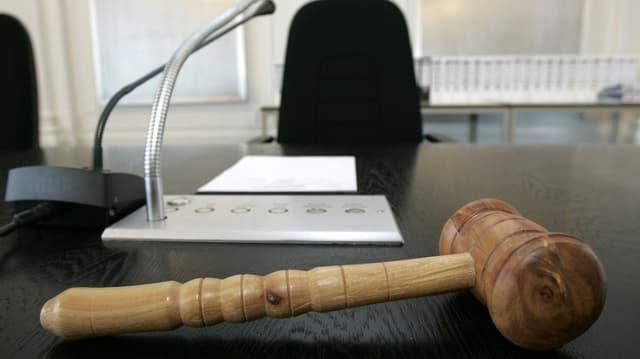 Holzhammer in Gericht.