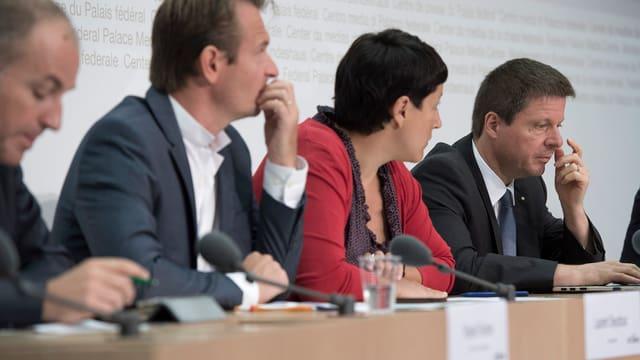 Martin Bäumle und das Parteipräsidium der GLP an einer Pressekonferenz.