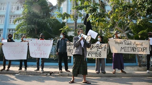 Demonstrierende vor der Medizinischen Fakultät in Mandalay, Burma