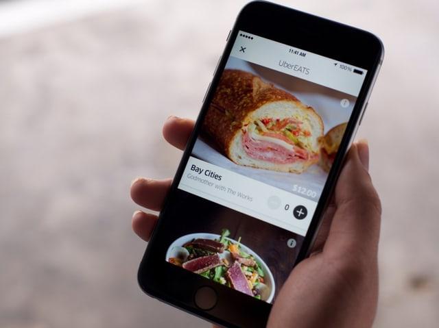 Smartphone mit der UberEATS-App