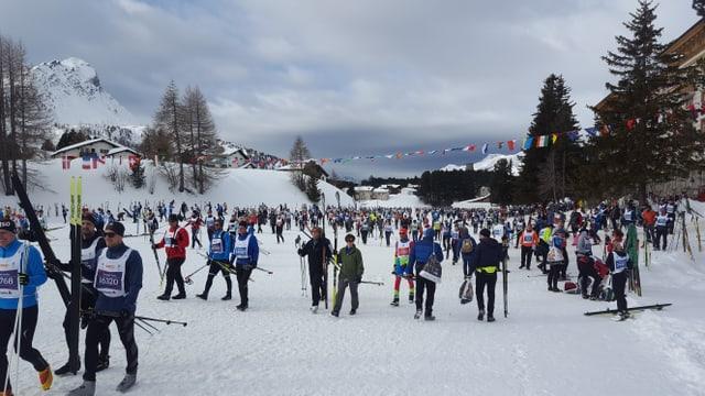 Purtret da curridurs che sa preparan per il maraton da skis.