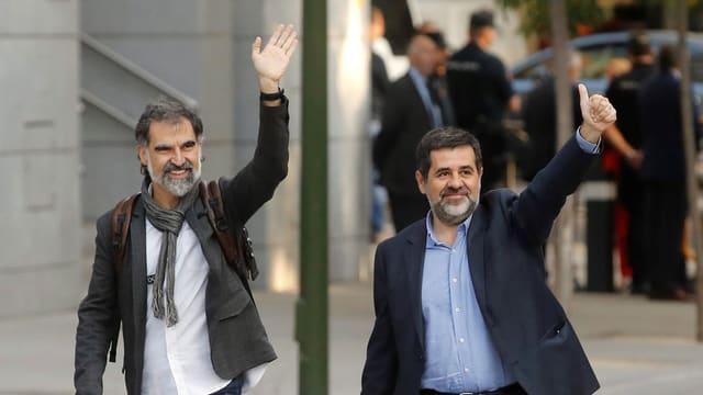 Jordi Cuixart (links) und Jordi Sanchez (rechts) winken.