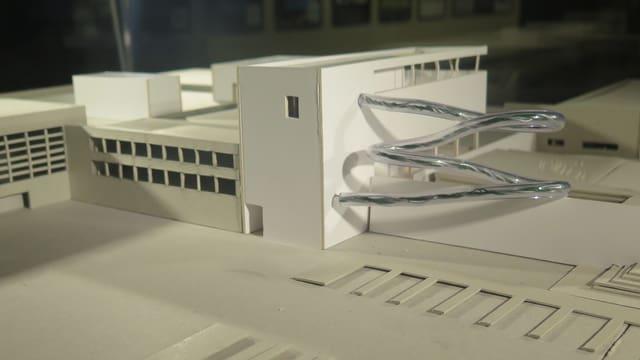 Architekturmodell der Lintharena, aussen eine Rutschbahn