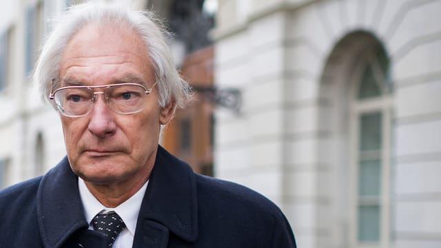 Portrait Rolf Erb beim Verlassen des Zürcher Obergerichts