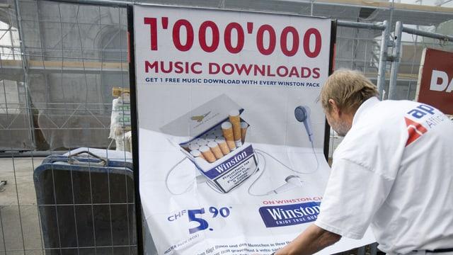 In um penda si in placat da reclama per cigarettas.